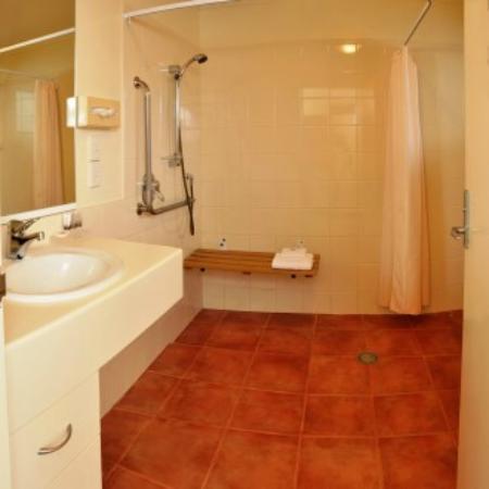 Chancellor Motor Lodge & Conference Centre: Accessible Bathroom