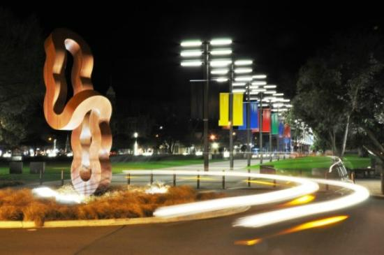 Chancellor Motor Lodge & Conference Centre: The entrance to The Square at night