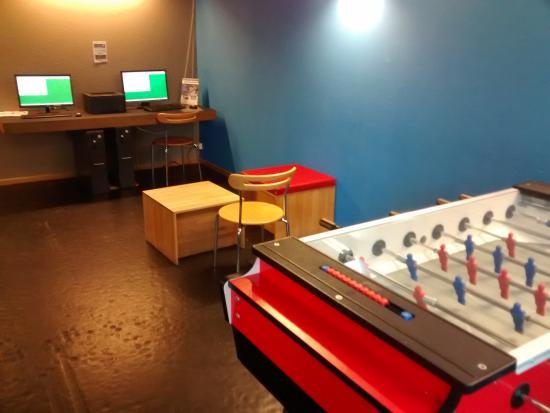 Lucerne Youth Hostel: sala de recreação e computadores para uso dos hóspedes...