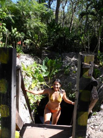Una de las entradas o bocas del Cenote. Con escaleras de madera.
