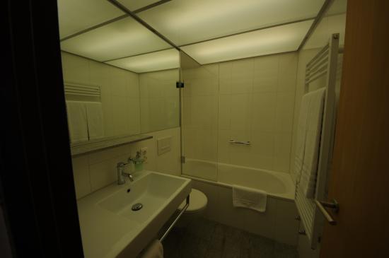Hauser Hotel St. Moritz: Very clean toilet.