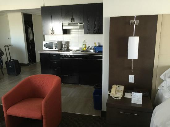 Hotel Ruby Foo's: Kitchenette