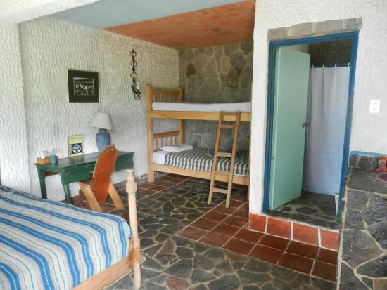 Eco Hotel Uxlabil Atitlán: Room with bunk beds