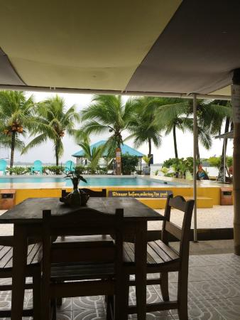 Pukalani Hostal: looking out at pool, and ocean