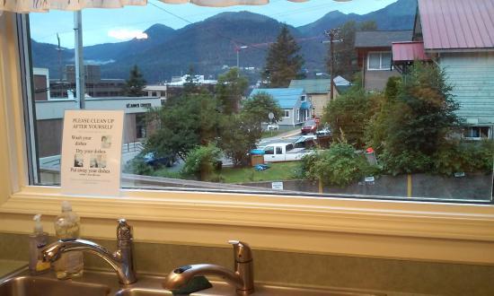 Juneau International Hostel : Kitchen View
