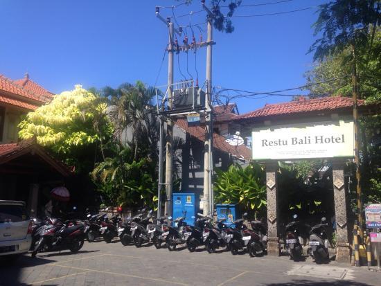 Restu Bali Hotel: レギャン通りから