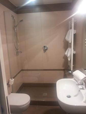 bagno e megadoccia - Picture of Hotel De la Ville, Riccione ...
