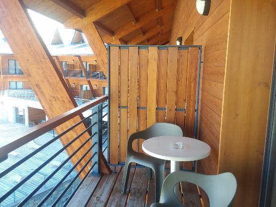 HG Alto Aragón: Vistas desde habitación y desde pasillo de entrada a la habitación