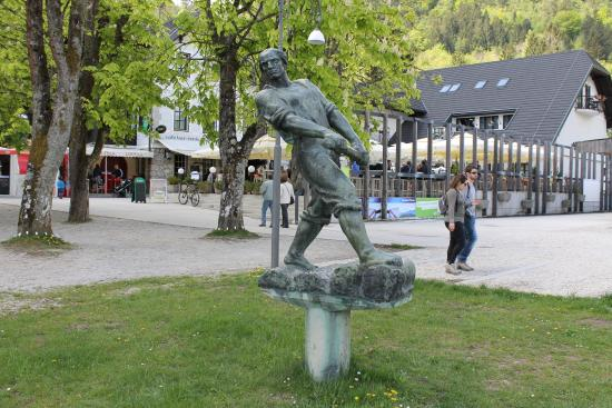Pension Zaka: Rower statue