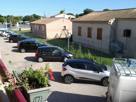 Royal Hotel : Vue du parking depuis l'entrée de la chambre
