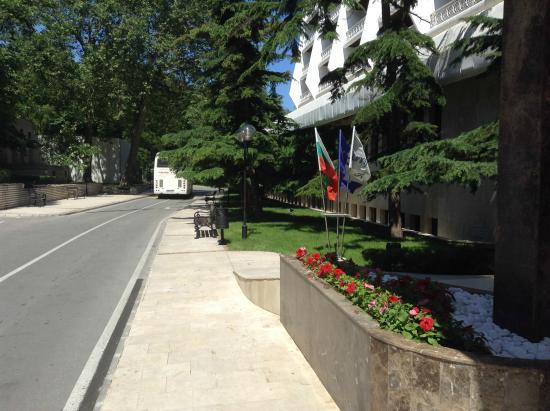 The Palace Hotel: Подъезд к отелю