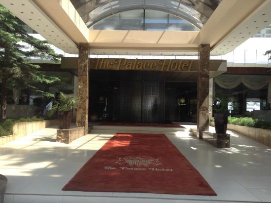The Palace Hotel: Парадный вход в отель