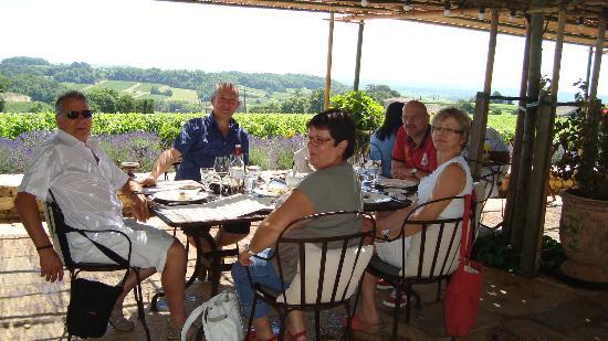 Chambres D'hotes Villa Zaphira : Petit-Déjeuner à la Villa Zaphira, avec la patronne des lieux (debout sur la photo)