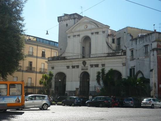 Hotel Ferdinando II: La chiesa fuori dall'hotel