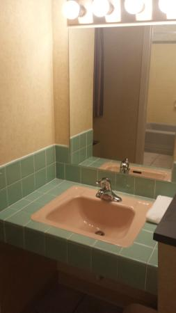 Quality Inn Breeze Manor : 60's tile & sink