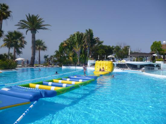 Pool obstacle course picture of hotel jardin tecina for Aparthotel d or jardin de playa