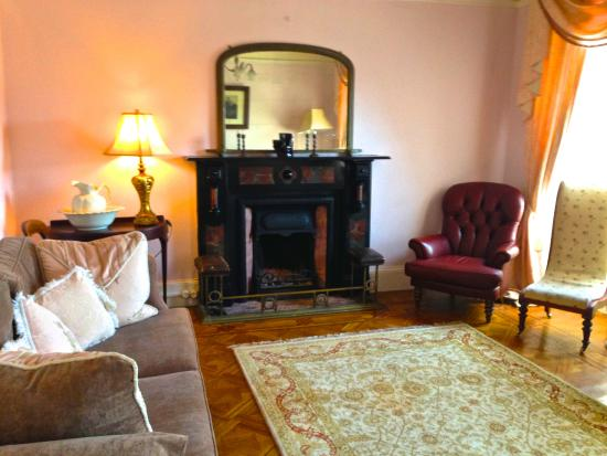 Crotty's Pub B & B: This was a lovely lounge just for guests.