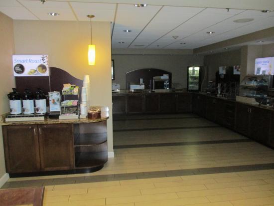 Holiday Inn Express Hampton Coliseum Central : Breakfast/Coffee area