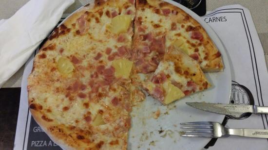 La Sangria: Pizza Hawaii, gebratener Lachs mit Pfeffersoße, Knoblauchbrot