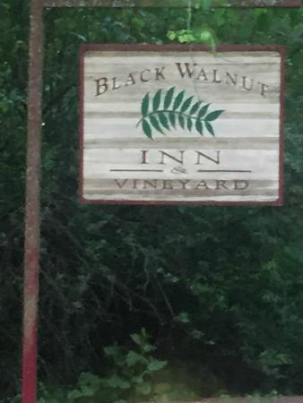 Black Walnut Inn & Vineyard: Small sign on the road . . . leads to a beautiful and peaceful B&B