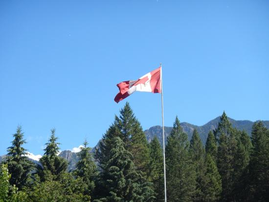 Canyon RV Resort: Our flag in front of the office