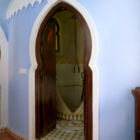 Hotel Dar Mounir: Door to bathroom