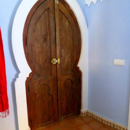 فندق دار منير: Front door inside room