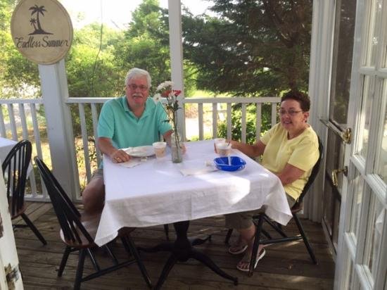 Marsh Harbour Inn: Enjoying breakfast on the porch