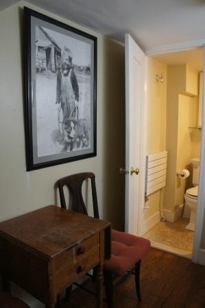 Incentra Village House: Dakota room3