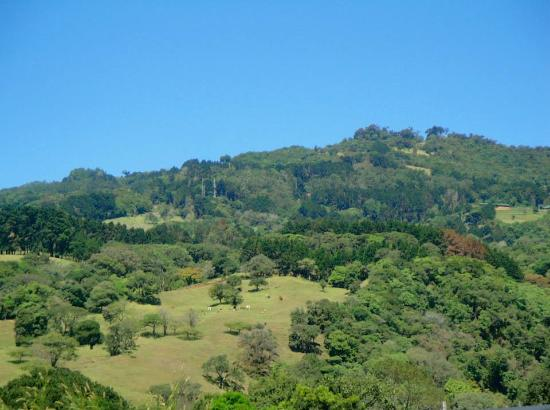 Cabanas Las Ardillas: moutains surrounding Ardillas resort