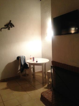 Parador Avandaro: Habitación con mesa, chimenea y TV