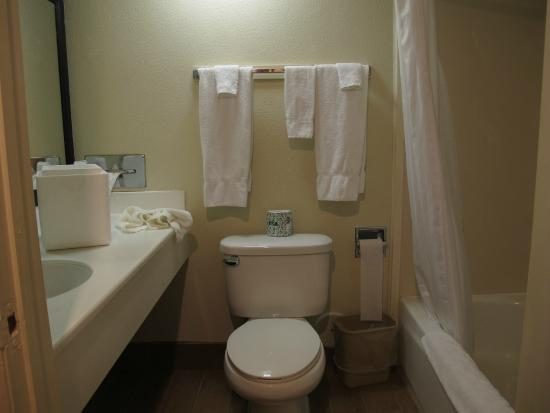 Americas Best Value Inn-Azusa/Pasadena : the bathroom