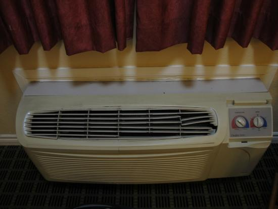 Americas Best Value Inn-Azusa/Pasadena : broken air conditioner