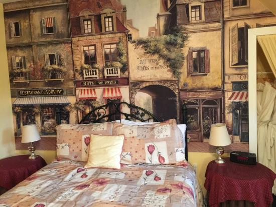 "Sleepy Hollow Bed & Breakfast: Vue du Gite et chambre ""Provence"""