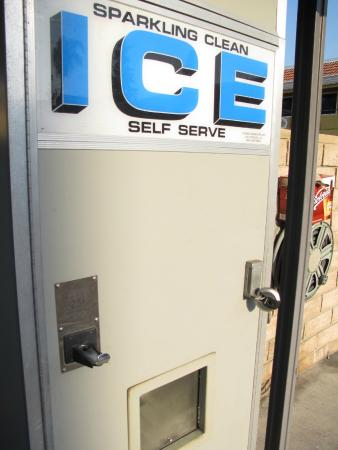 Americas Best Value Inn-Azusa/Pasadena : coin operated ice machine