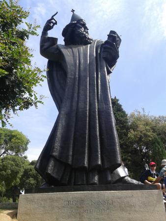 Grgur Ninski: statua integrale