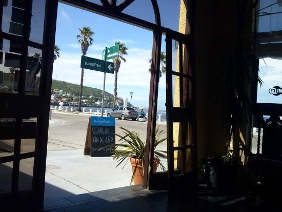 City Hotel Piriapolis: Vista de dentro para fora da recepção do hotel