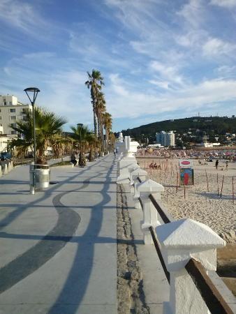 City Hotel Piriapolis: Em frente ao hotel, a calçada e logo depois a praia de Piriápolis