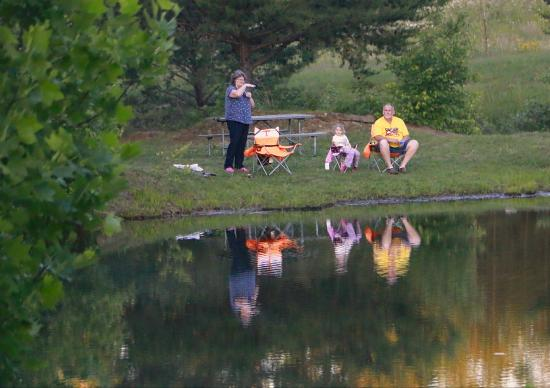 Mountain Glen RV Park & Campground: Enjoying the pond