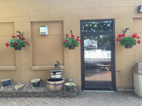 Lil' Ole Winemaker Shoppe : Great outdoor seating area to have a glass of wine.