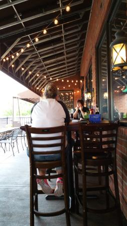 Red Oak Pub and Restaurant: patio dining