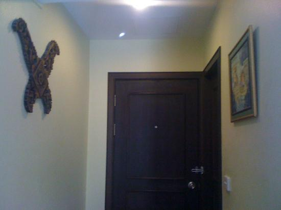 Baan Sukhumvit Inn Soi 20: misplaced decor in entryway of room
