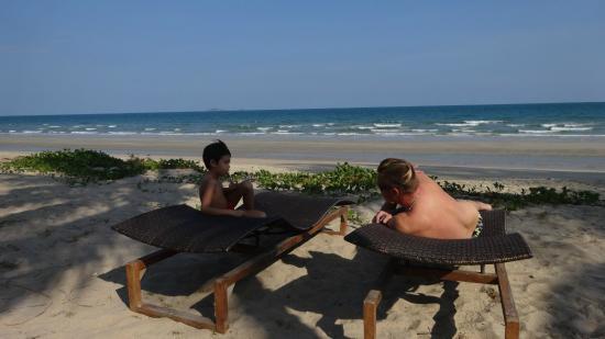 NishaVille Resort : เตียงอาบแดดริมชายหาด