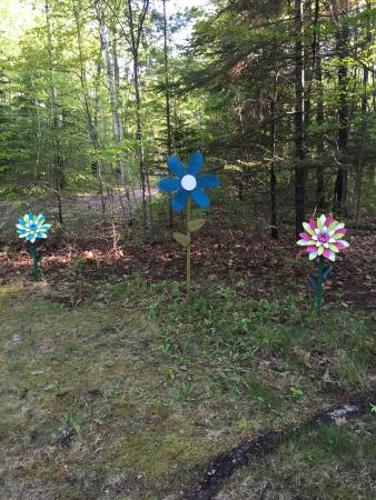 Crystal Falls, MI: Cool yard flowers made by a local artisan!