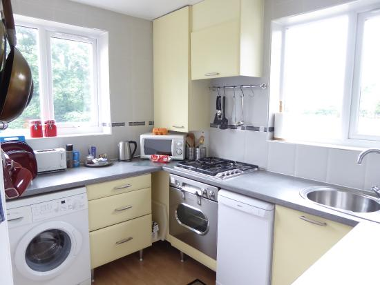 Poplar House Serviced Apartments: Excellently equipped kitchen