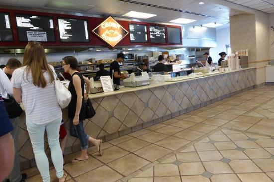 Crown Burgers: カウンターの様子