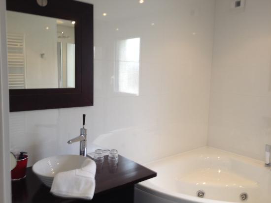 baignoire thalasso picture of au pre carre plumergat. Black Bedroom Furniture Sets. Home Design Ideas