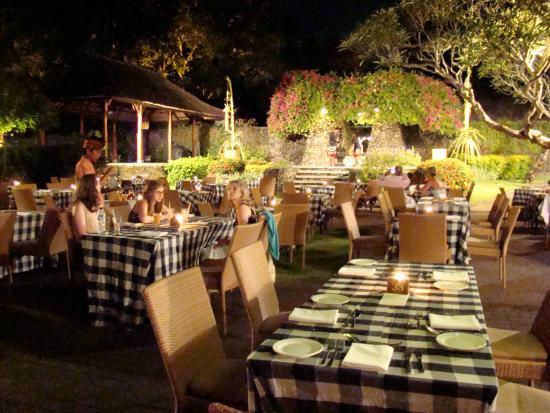 Garden Tour at Bali Hyatt : Buffet and the dance as a backdrop