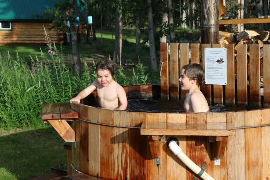 Log Cabin Wilderness Lodge: Wood fired hot tub