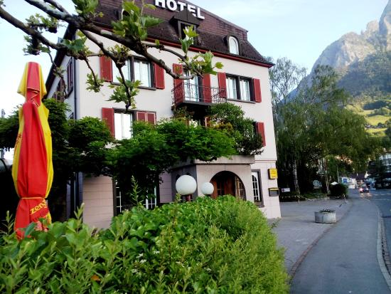 Hotel zum Ritterhof: Approach from rail station, restaurant entrance